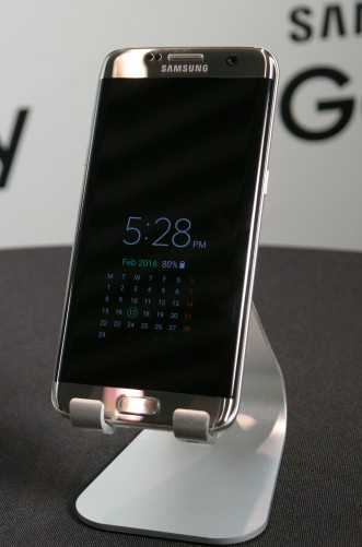"Samsung Galaxy S7 edge ""always-on"" display"